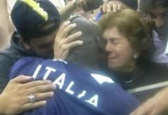 balotelli-abbraccia-la-mamma